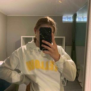 Supermysig hoodie köpt på Gina Tricot! Perfekt för hösten. Nypris 200 kronor och jag säljer den för 80 + 45 kronor frakt💕