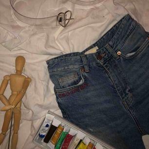Jättesnygga och sköna demin jeans, måste sälja för att de tyvärr är för små. Jeansen sitter snyggt vid midjan men är lösare runt benen, har en text vid högra fickan.   Jag kan antingen mötas i Stockholm eller posta (man står själv för frakt)🥰