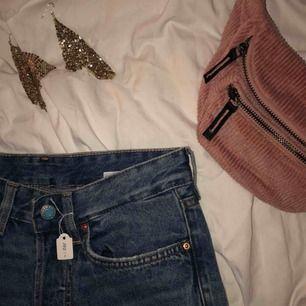 Helt oanvända snygga Demin mom jeans, måste tyvärr sälja för att de var för små. De är high waisted och stretchiga, i storlek 25 men de pendlar mellan S & XS. Med prislapp!  Jag kan antingen mötas i Stockholm eller posta (man står själv för frakt)🥰