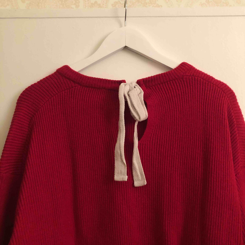 Supermysig stickad tröja från Zara med fin detalj i nacken. Priset inkluderar frakt💘. Stickat.