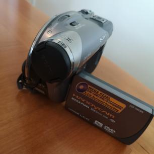 Sony video kamera, nästan oanvänt. Laddare och väska följer med.