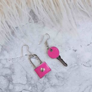 Helt nya rosa örhängen. Frakten ingår i priset💕✨
