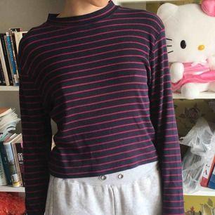 Mörkblå och magenta randig tröja, sitter som en crop top. Tunn och jättefin 🌹