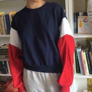 Comfy sweatshirt. Marinblå, vit och röd. Sitter snyggt och är mjuk.