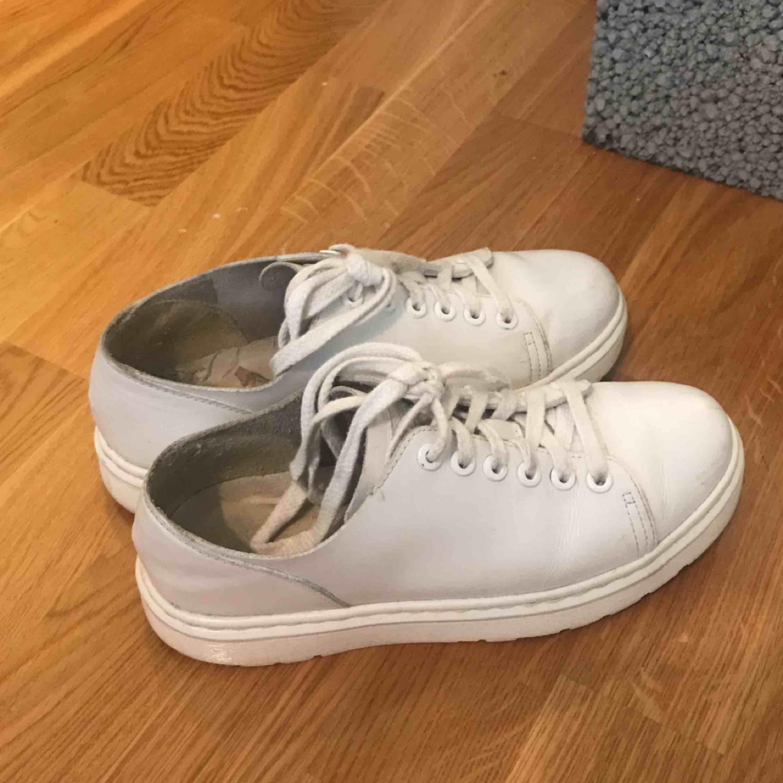 Fräscha skor som knappt är använda, storlek 38 men stora i storleken så passar 39, eller en 38 med lite bredare fötter. . Skor.