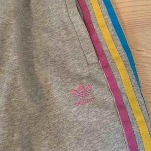 Unika adidas byxor i mycket bra skick. Använda få gånger. Kan fraktas eller mötas upp