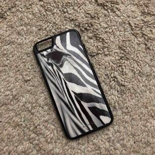 iPhone 6/6s, 7 och 8 skal. Aldrig använd! Köparen står för frakt på ca 10 kr eller mötas i Uppsala❣️