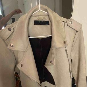 Sjukt snygg jacka ifrån Zara som inte kommer till användning.