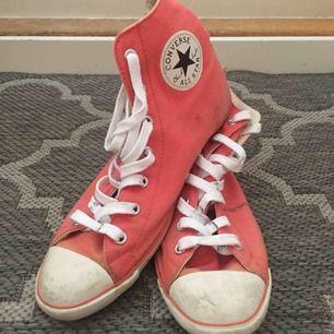 📬 Frakt 63 kr  Såå coola och snygga converse. Med tunn sula och svartvit logga 🧡 Snyggt slitna så där som Converse ska vara (slitage + fläckar)👌 Storlek 40 är men de är mindre än vanliga converse, skulle säga som 39or! 👟(US 8.5 UK 6 25.5 cm)