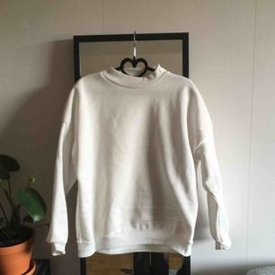 """Vit college / pullover tröja från okänt märke. Väldigt skön och """"fluffig"""" i tyget. Passar till det mesta! Sitter som en M/L, så funkar för de flesta beroende på hur du vill att den ska sitta. (Jag är en 38) Frakt 80kr"""