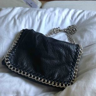 Säljer den här väskan pga att den inte kommer till användning, den är i ett bra sick och endast använd fåtal gånger. Frakten är inkluderat i priset. Kontakta mig för flera bilder eller övriga frågor