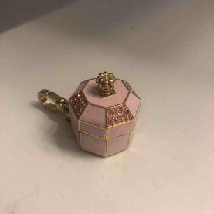 Juicy couture limiter edition keychain. Nyckelring, köpare står för frakt. Nypris ca 2000kr, $200. Köpare står för frakt