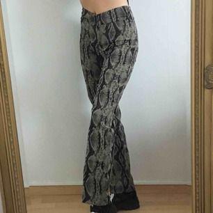 sjukt snygga byxor från I.AM.GIA !!🤩 superskönt material och coolt ormmönster🐍🖤 frakt är inkluderat i priset