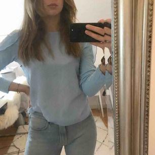 Jättefin ljusblå blus ifrån Zara i strl. S med mesh detalj på axlarna med olika material/texturer. Frant tillkommer!