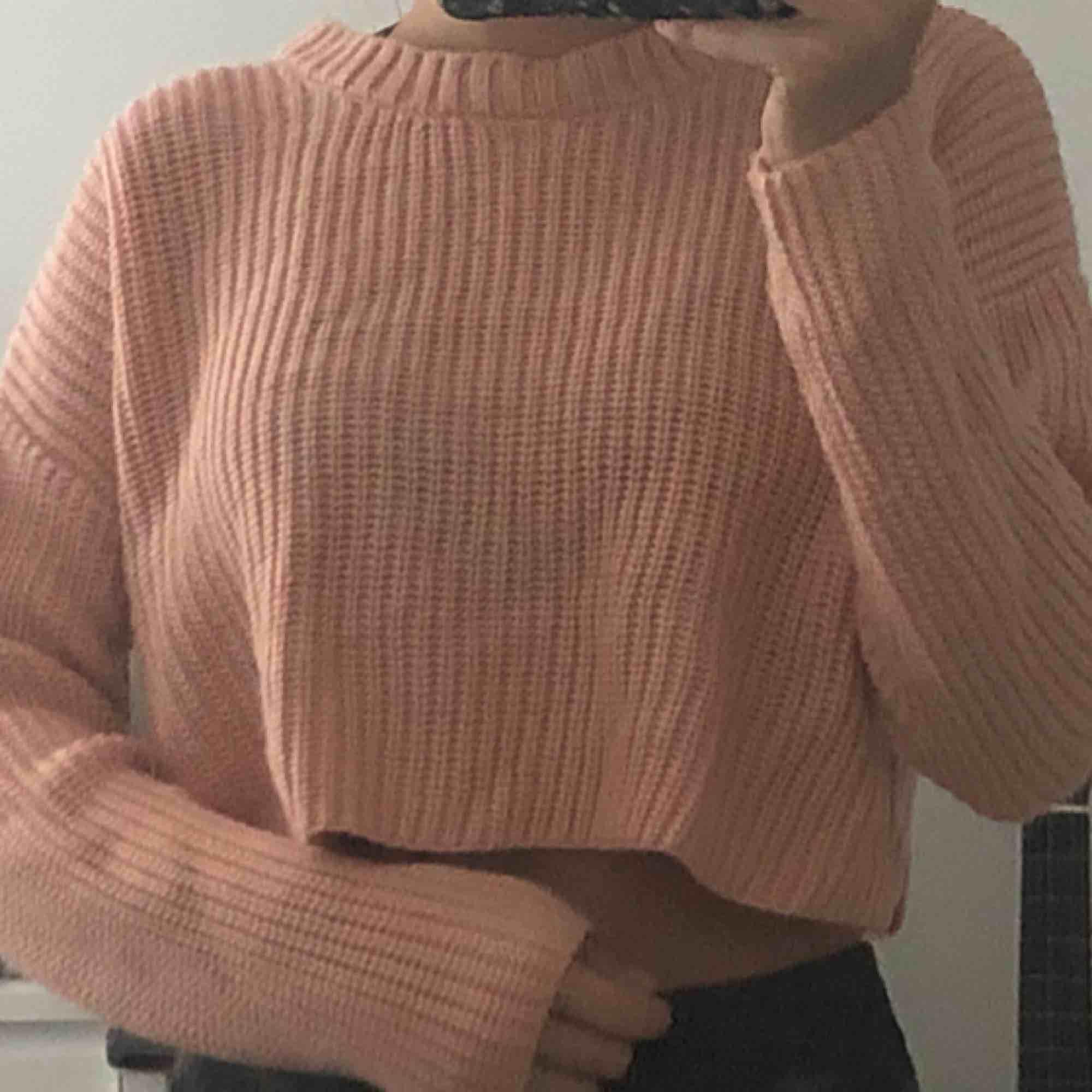 Rosa croppad stickad tröja från forever 21. Den är i storlek M men passar mig som i vanliga fall har XS. Möts upp i Stockholm annars står köparen för frakt. Stickat.
