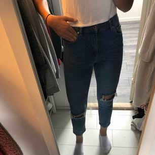 Helt nya jeans ifrån Gina. Köpa för några månader sedan men aldrig använt dem. Säljs för att jag känner att de är lite korta och hålen sitter inte vid knäna. Köparen står för frakt!