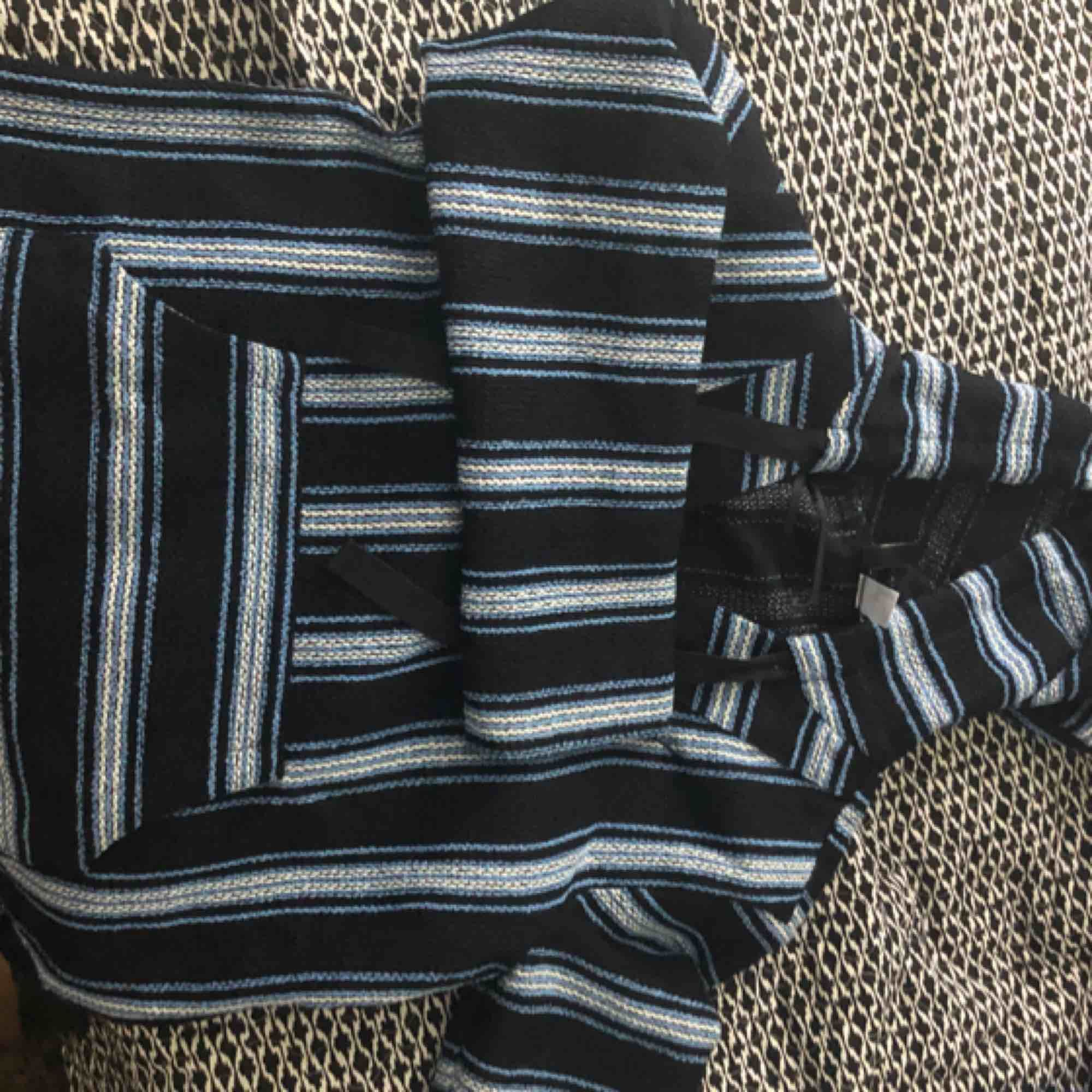 Den är blå, mörkblå och vit. V-ringad med luva. Aldrig använt. Möts upp i Stockholm annars står köparen för frakt.. Tröjor & Koftor.