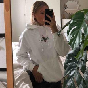 Vit hov1 merch hoodie, köparen står för frakt