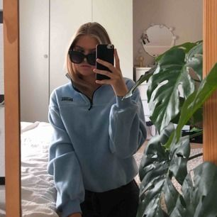 Blå fleece tröja med zipper från junkyard, köparen står för frakt