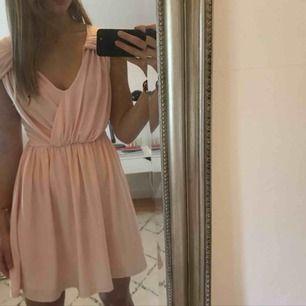 """Rosa festklänning från Asos i strl 34, jätte söt och har även en """"knytdetalj"""" i ryggen. Har dock en liten fläck framtill som göms pga fallet av klänningem (inget som syns!). Säljs pga för kort för mig. Använd 1 gång. Frakt tillkommer"""