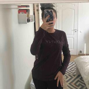 Säljer en vinröd tröja från DKNY. Strl M men passar också S. Betalning sker via swish. Kan mötas upp i Lund, men annars står köparen för frakten :)