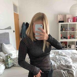 En svart/glittrig/genomskinlig tröja som passar bra till tillfällen som fester! Storlek S, från NAKD Nypris 299 kr, säljes för 120 kr! 💕 Köparen står för frakten!