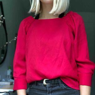 Röd blus som man kan ha både off shoulder och som på bilden. Bra skick och använd ett fåtal gånger.  Köparen står för frakten