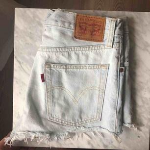 säljer mina levi's 501 shorts! köpta för 2 år sedan på nelly💖💖 ganska använda men inga synliga skador och är därför i bra skick