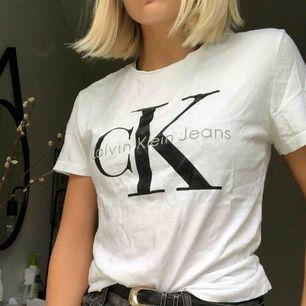 Vit T-shirt från Calvin Klein med sömmar på ryggen.  Använd 1-2 gånger och har jättebra kvalité. Köparen står för frakten:)  Nypris: 500kr
