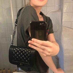 Riktigt snygg väska antingen över axeln eller som cross-over! Knappt använd. Den är verkligen superfin och kan piffa upp vilken outfit som helst!😍 nypris 299