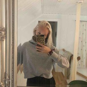 Grå hoodie från zara i storlek s. Köpt i vintras och i fint skick. Frakt 63 kr. Totalsumma=213 kr