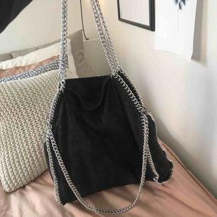 Jättefin väska!! Kopia av Stella McCartney väskan. Är perfekt väska till skolan eftersom den rymmer mycket! 300 kr eller högst erbjudande.