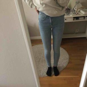 Supersnygga jeans ifrån zara i storlek 34 (men väldigt stretchiga så passar en som är 36 också). Frakt 63 kr. Totalsumma=163 kr