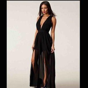 Hej! Säljer denna fina balklänning från stars by Jonas Hallberg som inte längre finns att köpa! Strl M men passar en S mycket bättre!!♥️ djup i rygg och byst, dubbelsidig slits! Mer bilder kan fås!❣️