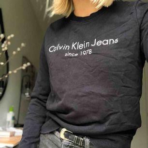 Svart Calvin Klein sweatshirt. Använd ett fåtal gånger och är i jättebra skick. Passar både XS och S.  Nypris 900kr! Köparen står för frakten:)