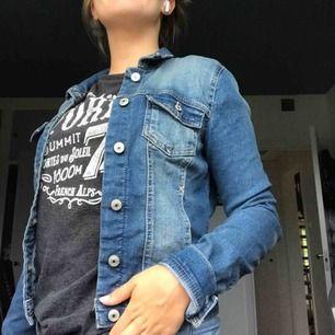 Snygg och oanvänd jeansjacka från Only, perfekt till hösten🤩 skriv om du har frågor👍🏼
