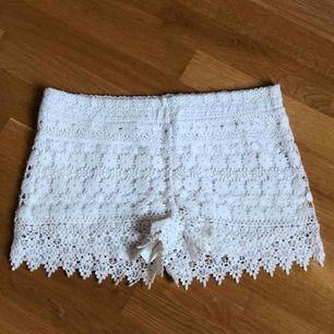 Shorts med broderier från GinaTricot, storlek 36. Fin kvalité och sparsamt använda.