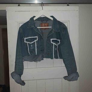 """Overzised jeansjacka från lager 157 som jag """"designat om"""". Den är avklippt och målad på:) Då det är en overzised modell skulle jag säga att den är ungefär som en L."""