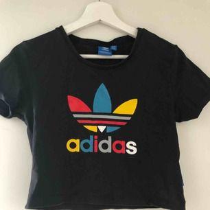 En croptop från Adidas originals, aldrig använd så nyskick! Köparen står för frakten