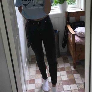 Köpte dessa jeans av en annan tjej här på plick men dom var tyvärr för små för mig. Jätte bra kvalitet annars!