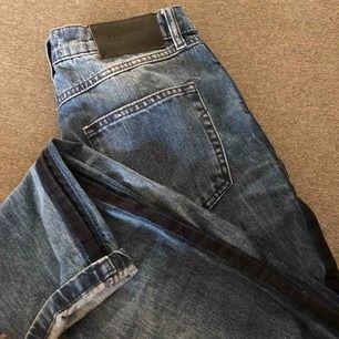MomJeans från selected med en mörkare rand på sidan, kan skicka bättre bilder om man vill det. Köparen står för frakten!