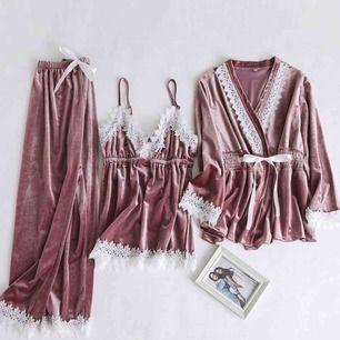 Rosa Pyjamas set från dennismaglic. Använd en gång. Originalpris: 800kr