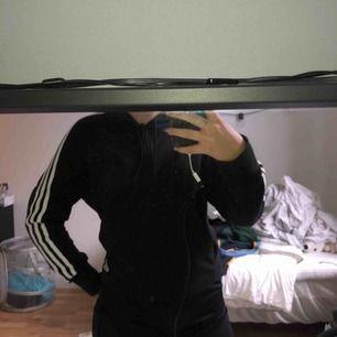 adidas zip up tre streck hoodie. använd fåtal gånger. strl XS men passar S också.