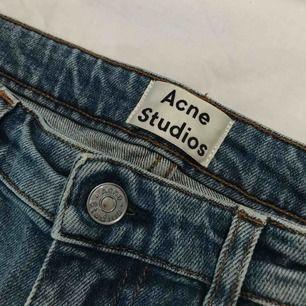 Jeans i rak passform från Acne Studios. Endast använda en gång, säljer pga fel storlek!