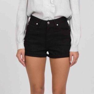 Highwaist jeansshorts i svart, oanvända. Storlek 26 (motsvarar xsmall). Modell Jenn från Dr Denim.