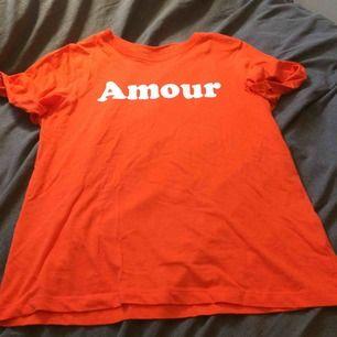 Neon orange tröja, sparsamt använd. Fraktkostnad tillkommer på 25kr.