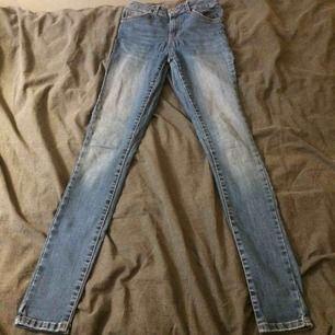 Jeans med hög midja, sparsamt använda. Fraktkostnad tillkommer på 35kr.