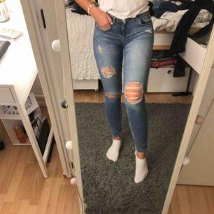Snygga lågmidjade jeans med slitningar från Ginatricot. Passar en XS/S. Säljer pga att de är för små😊