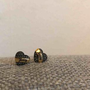 Smyckesset från Juicy Couture, örhängen samt halsband. Riktigt fint skick, i svart med gulddetaljer.