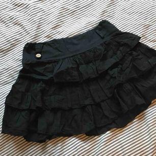 Söt svart kjol med volanger, går att använda med skärp och därför kan funka för en XS som mig. Den är stretching och passar även en M. Köpt i Spanien men vet inte vilket märke det är. Köparen står för frakt❤️💛